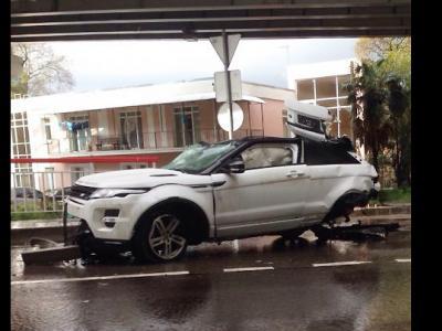 Incroyable : un Range Rover Evoque chute de 20 mètres, son conducteur est indemne