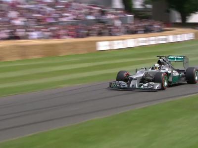 Lewis Hamilton et sa Mercedes AMG W03 sur le tracé de Goodwood