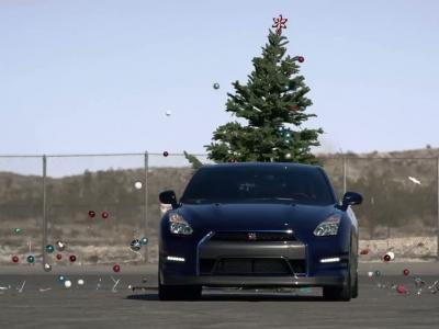 Retirez les décorations du sapin avec... une Nissan GT-R!