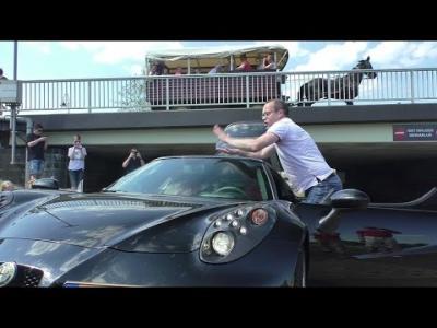 Il joue de la batterie sur son Alfa Romeo 4C!