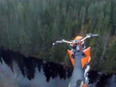 Incroyable saut en moto cross