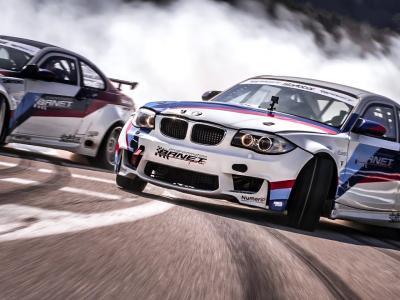 Séance de drift en vidéo pour deux BMW sur des routes de montagne