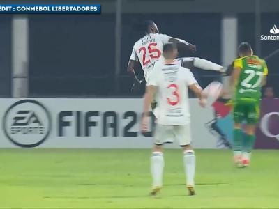 Le coup de pied d'Emmanuel Adebayor dans la tête d'un joueur en Copa Libertadores