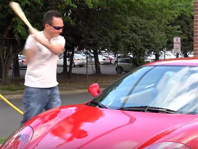 Il répare sa Ferrari 360 Modena à coups de batte de base-ball!