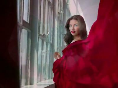Adriana Lima pour Maybelline