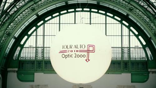 Vicomte A. signe les tenues du Tour Auto Optic 2000