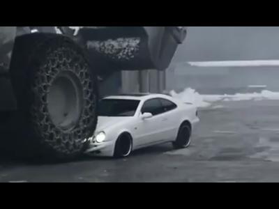 Insolite : un coupé Mercedes Classe E littéralement aplatie par un bulldozer