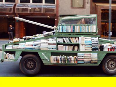 Un tank transformé en bibliothèque ambulante