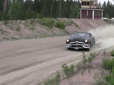 Insolite : Une Ford 49 drifte en terre finlandaise