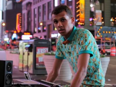 Stromae chante Papaoutai au coeu de New York