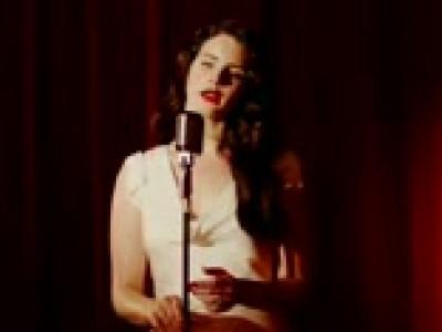 Lana Del Rey passe des bras d'une Mustang à ceux d'un Jaguar