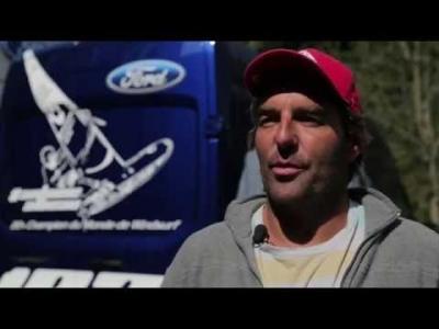 Le champion du monde de windsurf tracté par un Transit en skate
