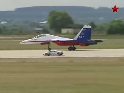 L'Huracan face à un avion de chasse