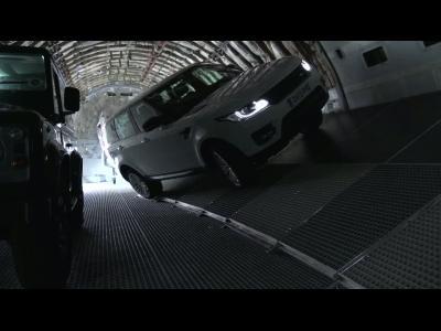 Un Range Rover dans un Boeing 747