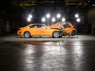 Que reste-t-il d'une Smart ForTwo après un choc frontal avec une Mercedes Classe S ?