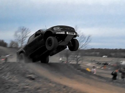 L'atterrissage complètement raté d'un Ford Raptor