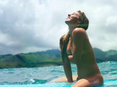 La torride Coco Ho adore surfer nue