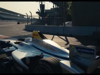 Il réalise un salto à l'aveugle au-dessus d'une Formule E en mouvement
