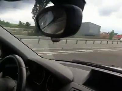 Il roule sur l'autoroute quand il se fait doubler par une F1