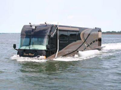 Un artisan américain crée un camping-car amphibie !
