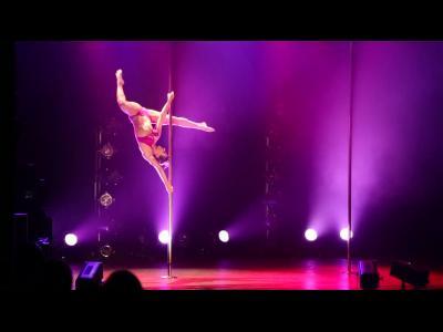 La pole dance : quand l'art se mêle au sport.