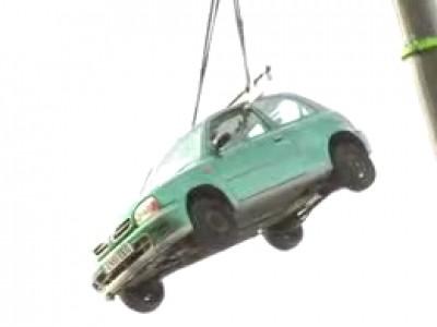 Insolite : combien d'élastiques pour soulever une voiture ?