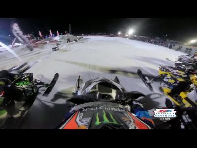 Une course de motoneige en caméra embarquée