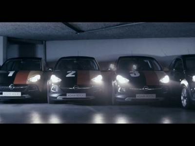 Quand l'Opel Adam Rocks s'apprête à disputer un match de football