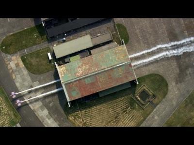 Red Bull Barnstorming : deux avions volent à travers un hangar