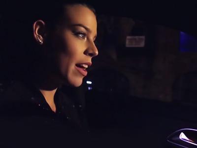 La DJette Eva Shaw aime faire du bruit avec sa Mercedes A45 AMG