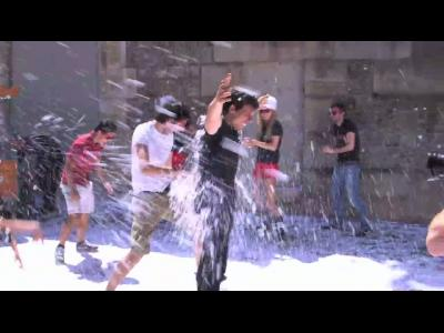 Une bataille de boules de neige en plein mois de juin pour vendre des pneus hiver