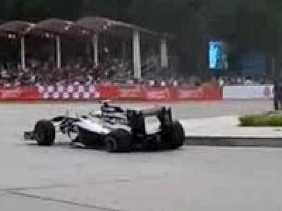 Pastor Maldonado crash sa F1 en démonstration