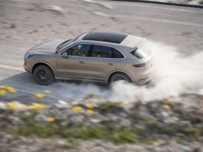 Le Porsche Cayenne Turbo S E-Hybrid entre piste et terre