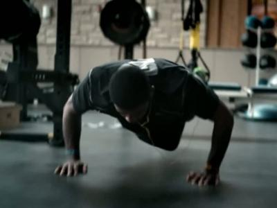 Kyrie Irving teste la collection Sport Performance de Skullcandy
