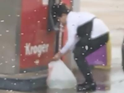 Une femme remplit un sac en plastique avec de l'essence aux USA