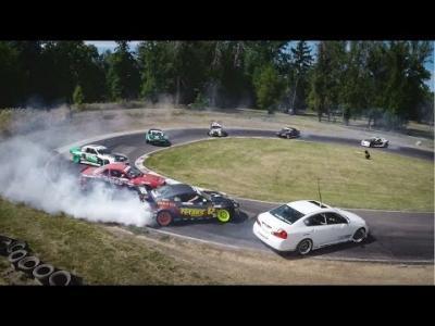 Douzes voitures driftent en formation serrée