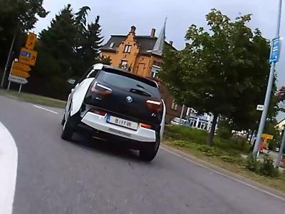 Une BMW i3 fait la course avec un deux roues