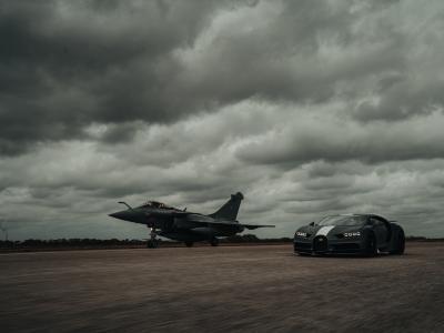 La Bugatti Chiron défie l'avion de chasse Rafale : le duel français en vidéo