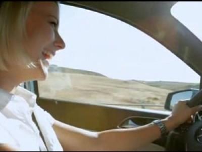 Elle découvre le bonheur de rouler en Mercedes