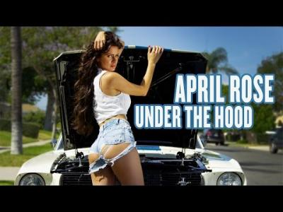 April Rose embellit la Ford Mustang originelle