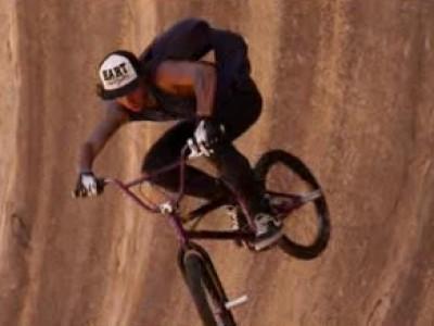 Le rider Danny Campbell en démonstration dans l'outback australien