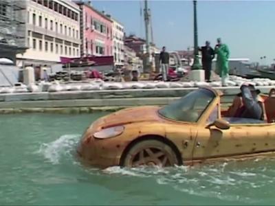 Une Ferrari F50 en bois pour naviguer dans Venise