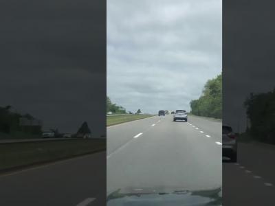 Un avion atterrit en urgence sur l'autoroute : les images en vidéo
