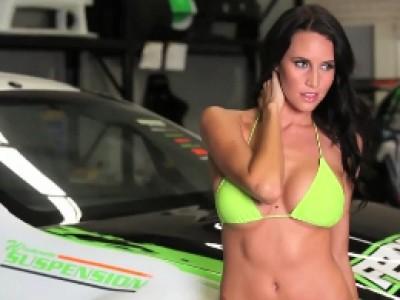 Un joli bonbon pose devant une V8 Supercars