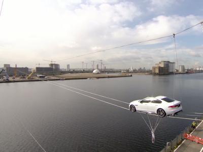La nouvelle Jaguar XF se fait remarquer sur les bords de la Tamise