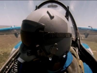 La RB7 défie un avion de chasse