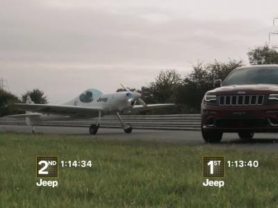 Le Jeep Grand Cherokee SRT fait la course contre un avion de voltige