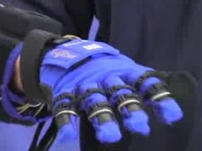 Un gant mécanique pour l'entretien automobile