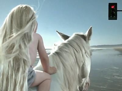 Un bébé cavalier héros du spot TV de la DS3 Cabrio