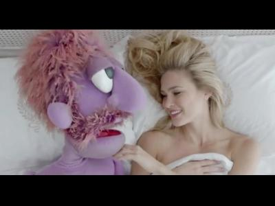 Bar Rafaeli et une marionnette sont dans un lit ...